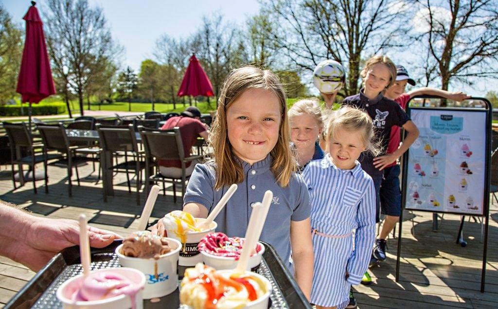 Barn står i kø for å få is i Caféen ved Aktivitetsbyen