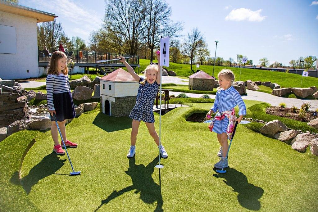 Tre jenter spiller minigolf i Aktivitetsbyen - Gamle Fredrikstad